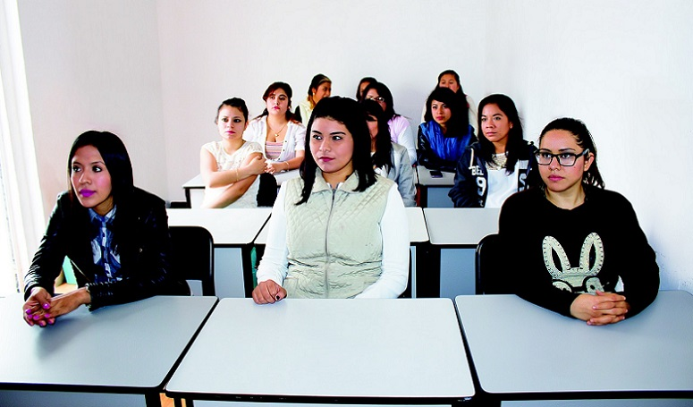 Studenten sitzen am Tisch