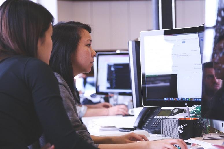Menschen arbeiten mit einem Computer