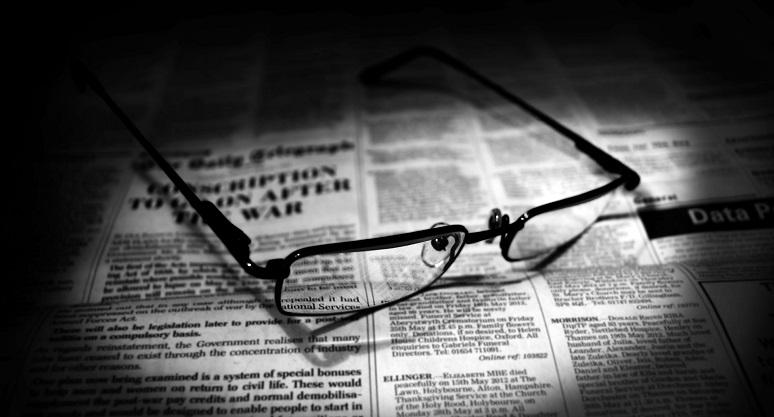 Gläser und Zeitung
