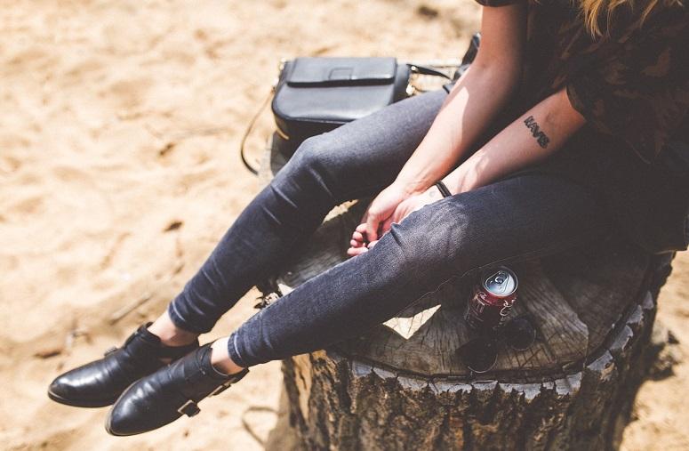 Ein Mädchen sitzen