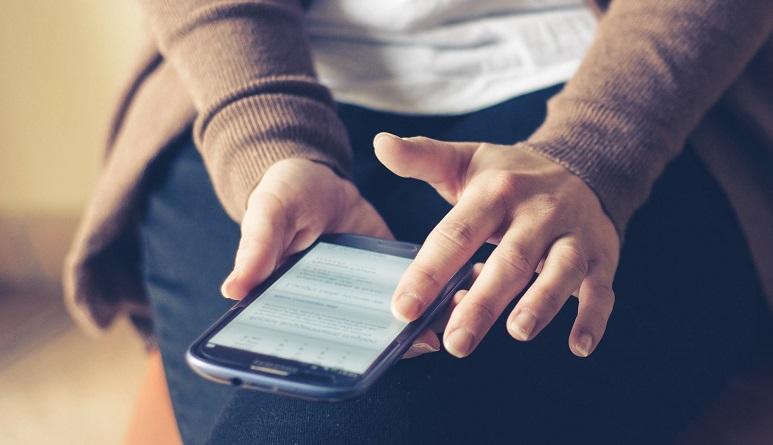 Ein Mädchen mit Handy