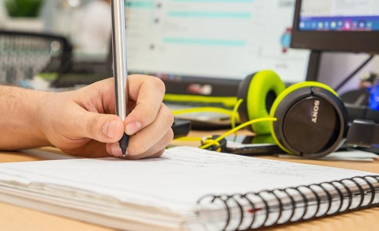 eine Person in einem Notizbuch schreiben