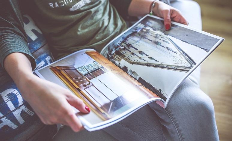 Ein Mädchen liest Zeitschrift